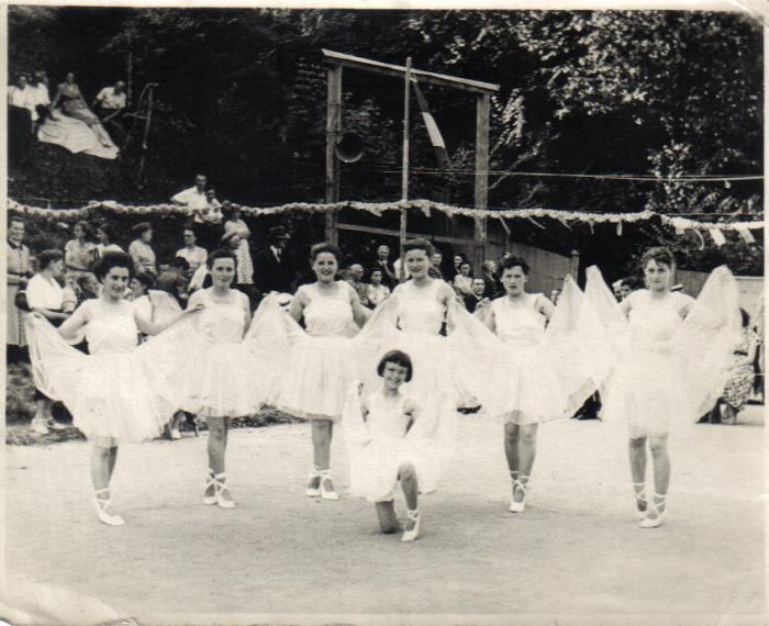 fete-ecoles52-53-danseuses.jpg